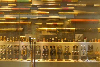 """Ein kleiner Teil der Teleskope und Ferngläser in der """"Schatzkammer"""" des Museums"""