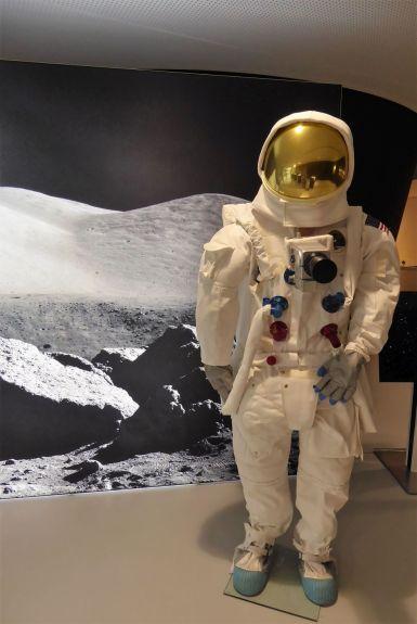 Raumanzug der Apollo-11-Astronauten mit Hasselblad-Kamera mit Zeiss-Objektiv